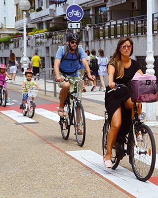Famille à vélo en ville - Velo&Co salon du vélo à Dijon