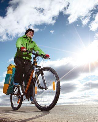 Cyclotouriste en randonnée - Velo&Co salon du vélo à Dijon